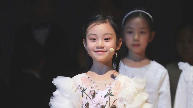 甜馨身穿白色长裙领唱小女神范 肖战张若昀黄晓明参加春晚终审