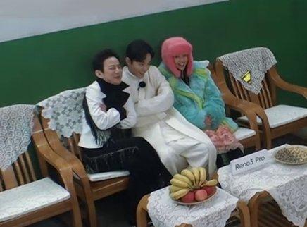 何炅上演冬季铁路时装秀
