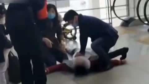 男子心跳骤停两医生现场施救 宠物狗咬伤老人