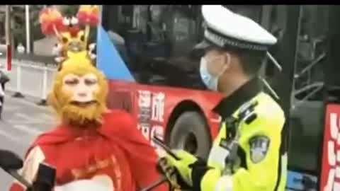 齐天大圣惊现街头交警:猴哥过来!