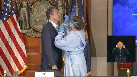 纽约州州长亲自展示核酸检测流程 面对医生也顽皮