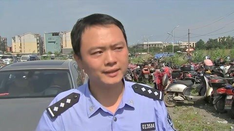 人在家中坐罚单天上来 交警劝解车主要在正规店购车