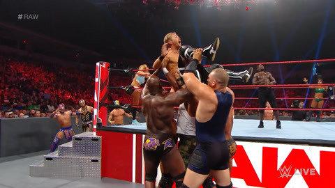 拳手被抬出场 疯狂呐喊希望重新比赛