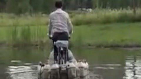 男子自行车改成水陆两栖被处罚 海边游玩穿脸基尼