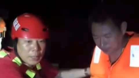 男子被困洪流 民警紧急救援