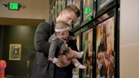 明星夫妻的一天:超级奶爸带baby看电影