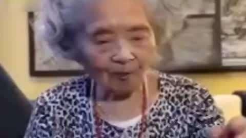 11岁哥哥买菜为救血癌弟弟 98岁奶奶迷上吃零食