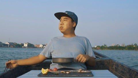 巡视下自家的鱼塘,在船上吃个便饭