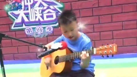 吉他小子自弹自唱 7岁小朋友为节目组题字