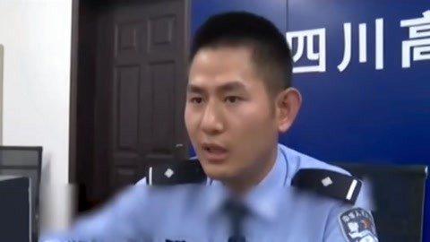 """推车交警网络走红  大蟒蛇""""吃鸡""""被发现"""