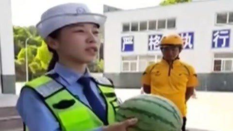 交警演示戴头盔重要性 十米外一枪命中铁钉