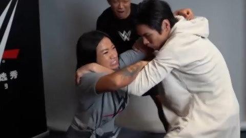 向佐对WWE一姐李霞动手