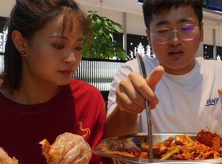 尝尝黄子韬开的肉蟹煲店