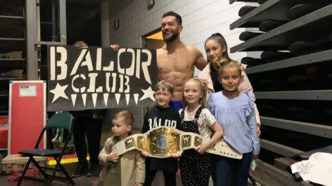 巴洛尔带小朋友体验WWE腰带