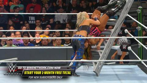 贝莉抓住时机 击倒两位对手后向合约包冲击