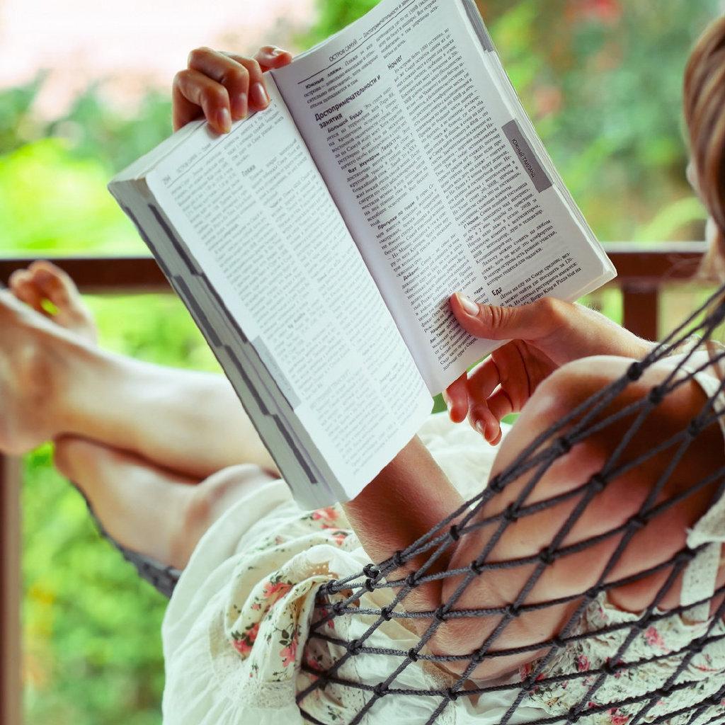 读书,知识之后是见识,见识之后是胆识,胆识最后变成智识,这是一层层的升华。知识是基础,不读万卷书,即便能行万里路,也不过是个邮差。
