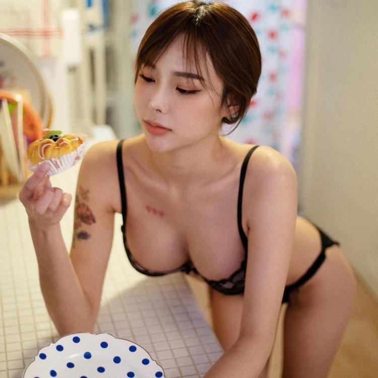 白嫩美女Mina大胸撑爆小背心让人想直接来 网络美女 第3张