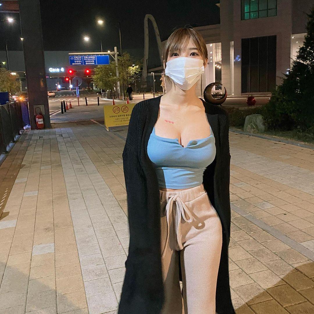 韩国网红Mina 민아穿低胸上衣双峰呼之欲出