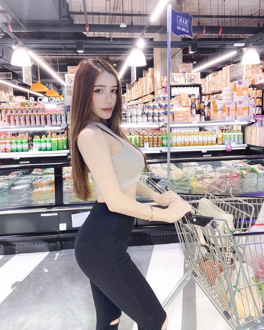 极品火辣美女amandaseet超凶猛身材大卖场展现傲人视角