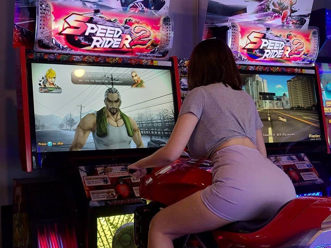 电玩惊见翘臀妹Velvet벨벳打街机 超凶画面让网友暴动 吃瓜基地 第2张