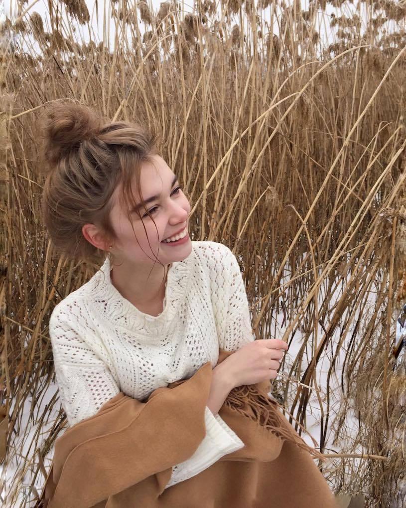 精灵系18岁女孩高领衣凸显性感曲线,侧脸廓深叫人迷恋. 养眼图片 第10张