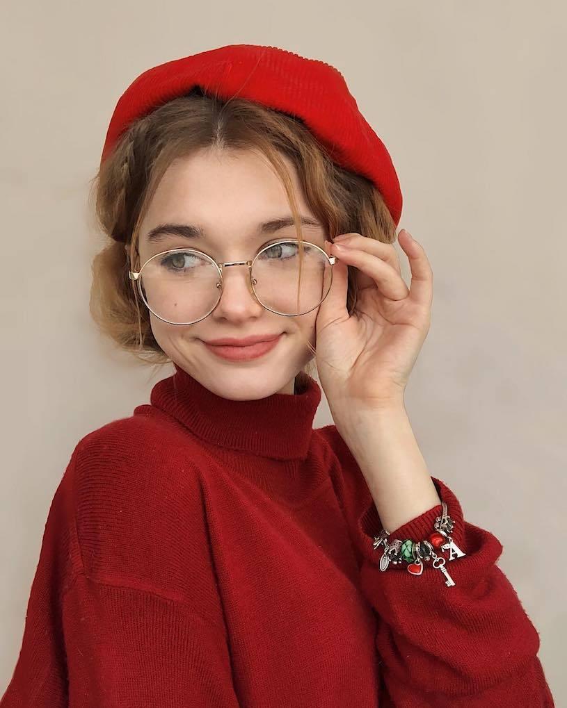 精灵系18岁女孩高领衣凸显性感曲线,侧脸廓深叫人迷恋. 养眼图片 第12张