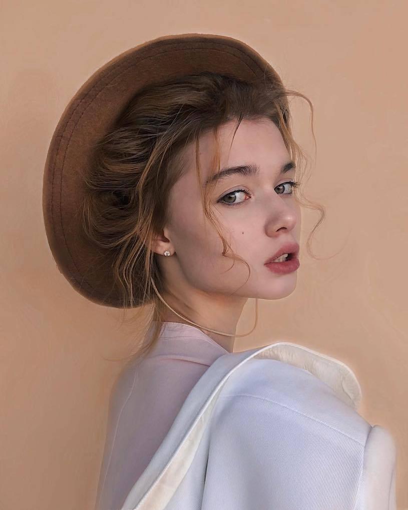 精灵系18岁女孩高领衣凸显性感曲线,侧脸廓深叫人迷恋. 养眼图片 第13张