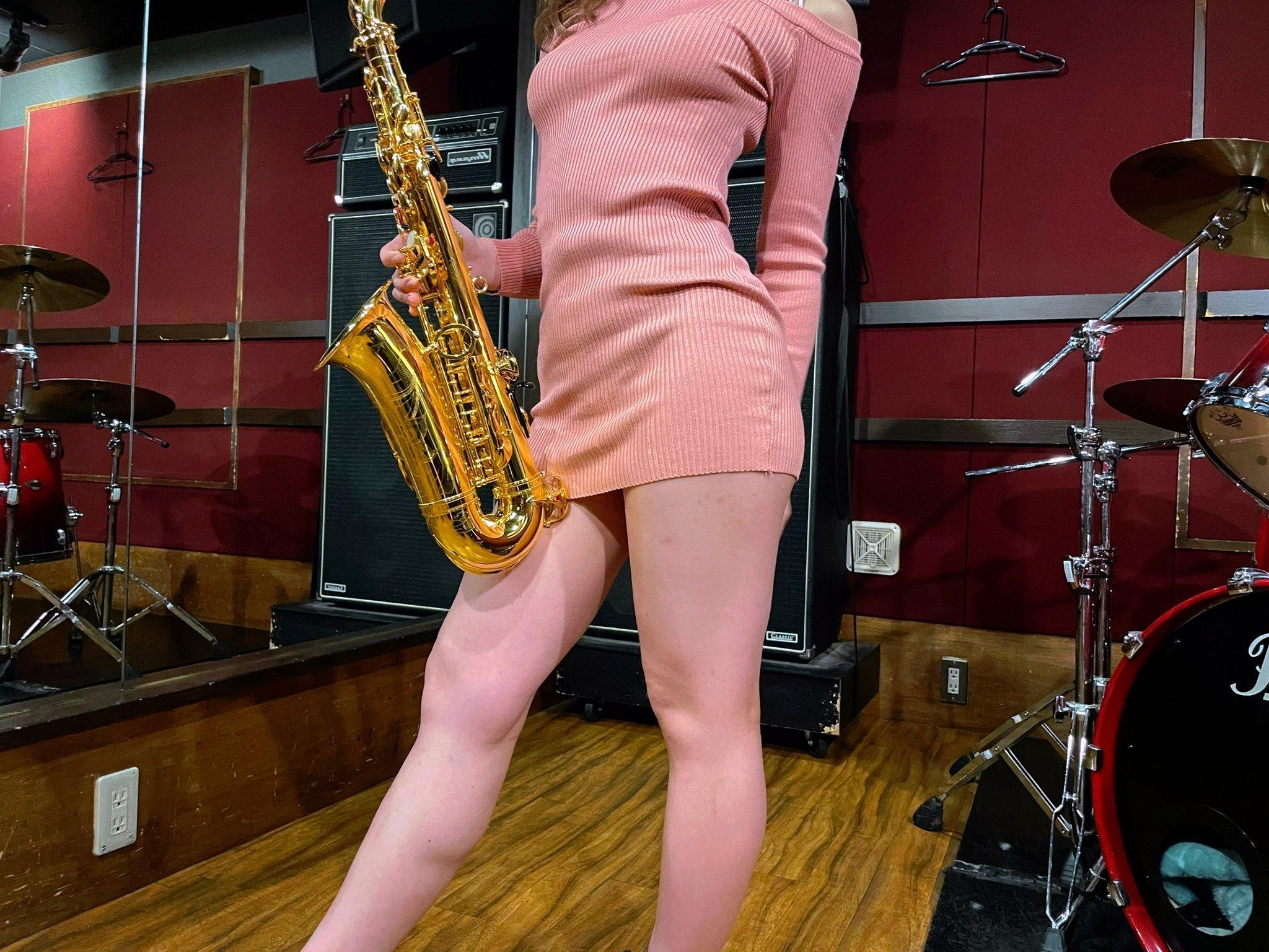 我叫你吹!《日本女孩YT吹萨克斯風》众人目光一直向下飘移!