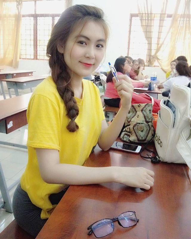 引起学生轰动!准小学美女教师《Nam Tran》极正美颜让网友想再念一次书!-新图包