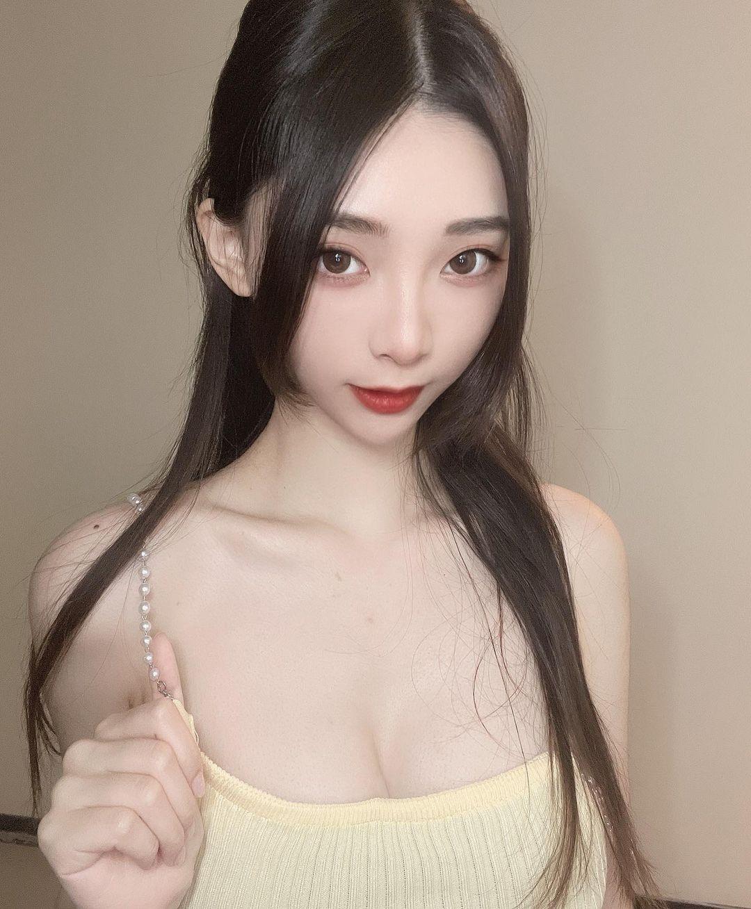 小仙女邀你吃凤梨!「正妹」Lily细肩带小背心好清凉,光看胃口就很好!插图(3)