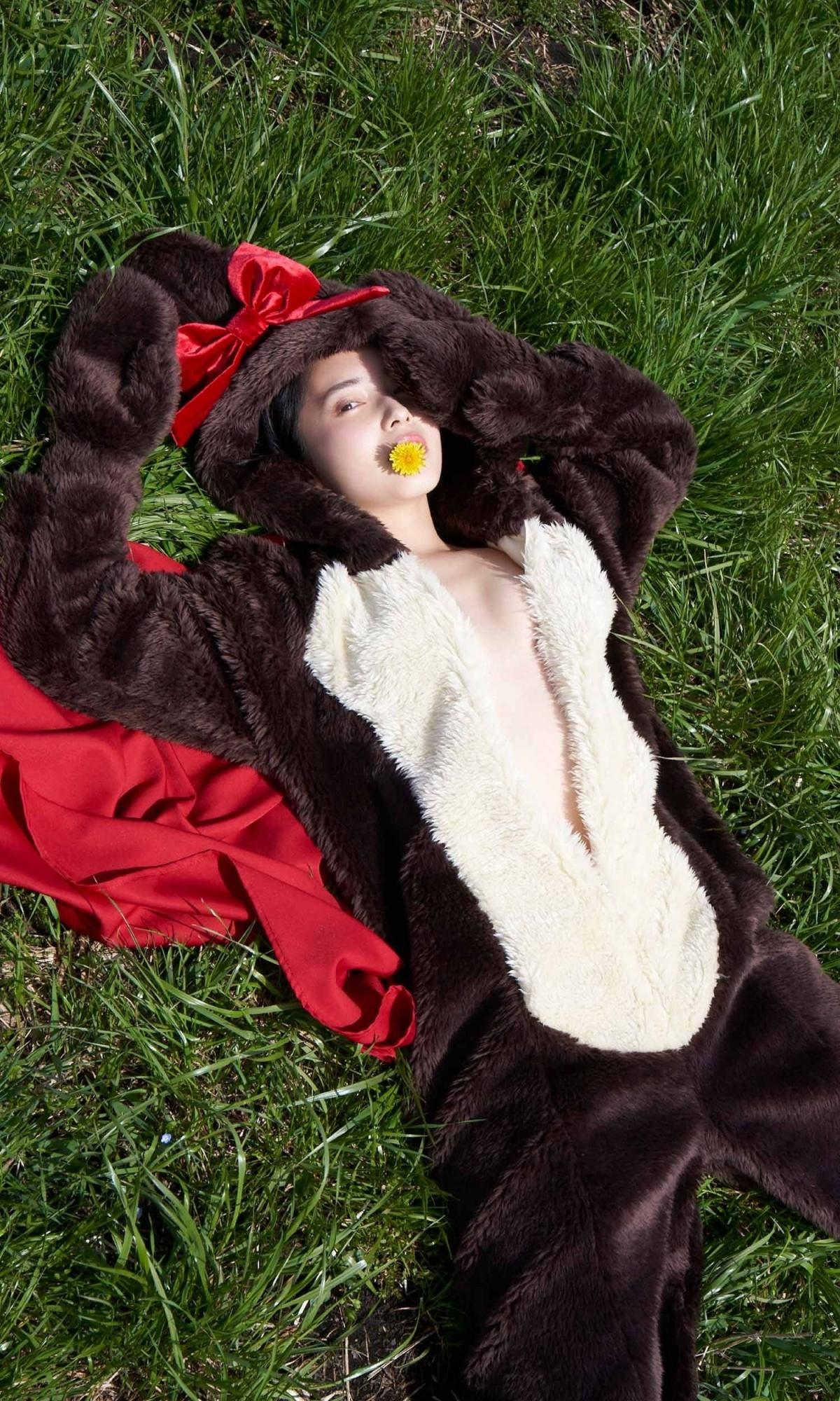21 岁短发正妹「大原梓」久违拍摄写真,比基尼示范各种躺姿-新图包