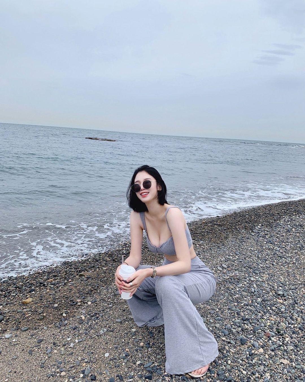 海边超正老板娘展现迷人长辈视角!极品颜值散发强大魅力-新图包