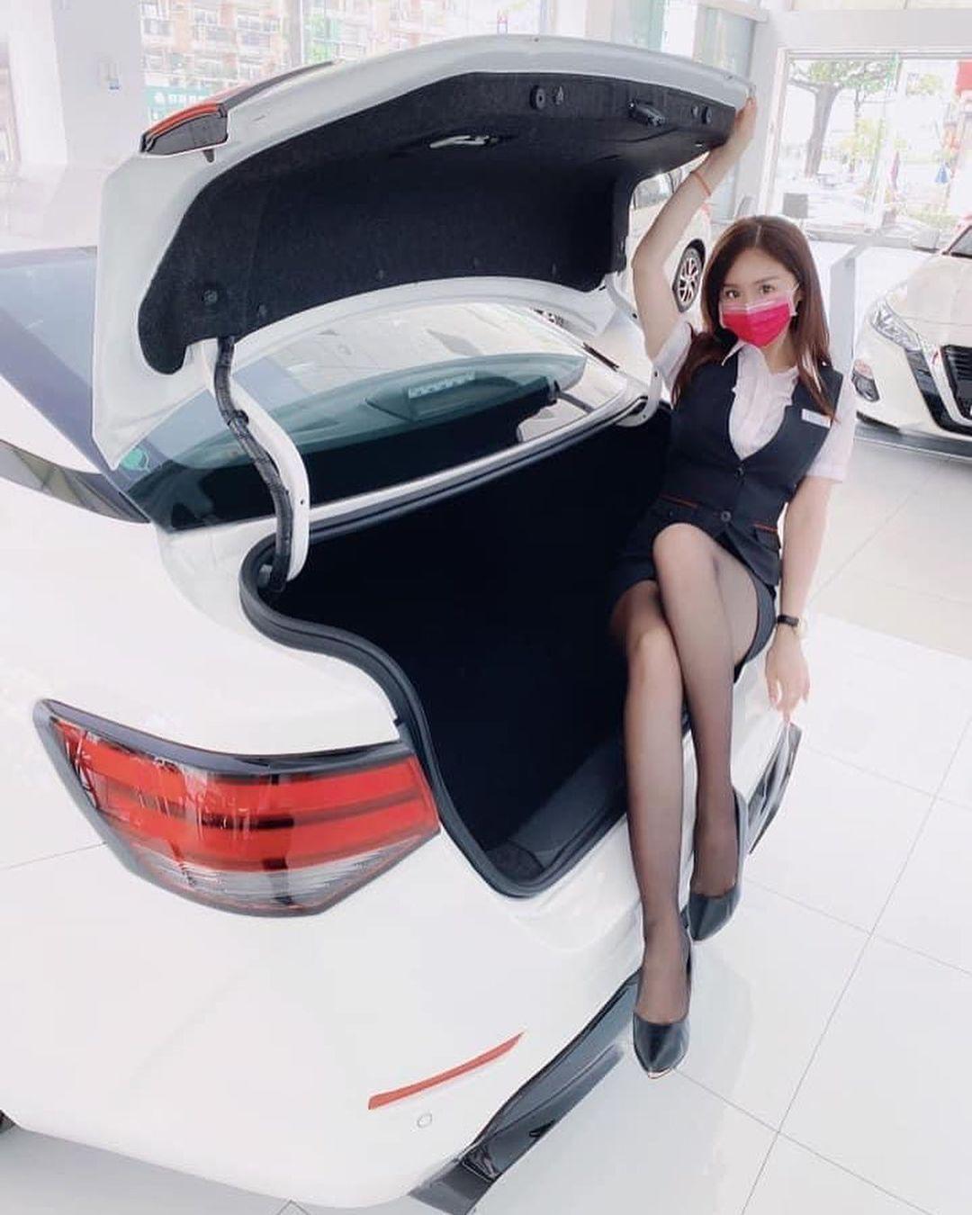 美图精选&香车就要配美人! Nissan 美女业务「芳芳」大露「黑丝美腿」-兔子社