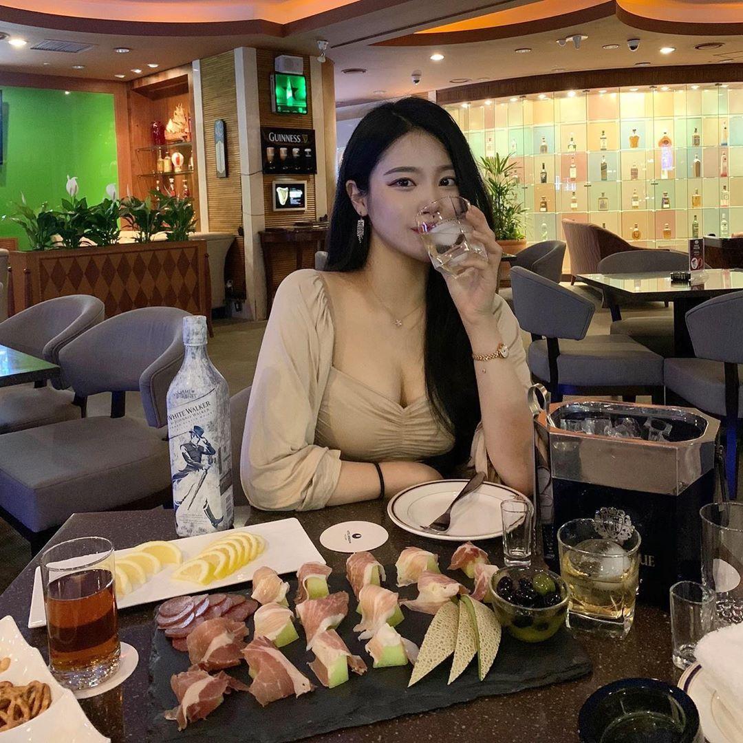 [韩国]韩国天菜级辣姊姊坐在路边咖啡座上看风景时的迷人模样顺便撩倒一票网友〜여진 养眼图片 第3张