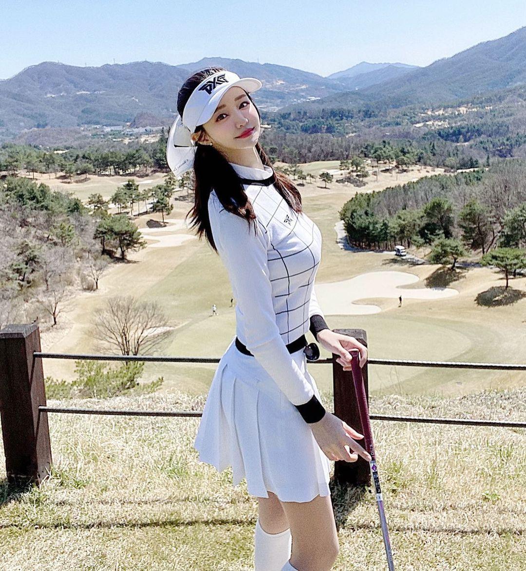 韩国美女主播「尹浩延」爱打高尔夫.球衣衬托超吸睛 养眼图片 第17张