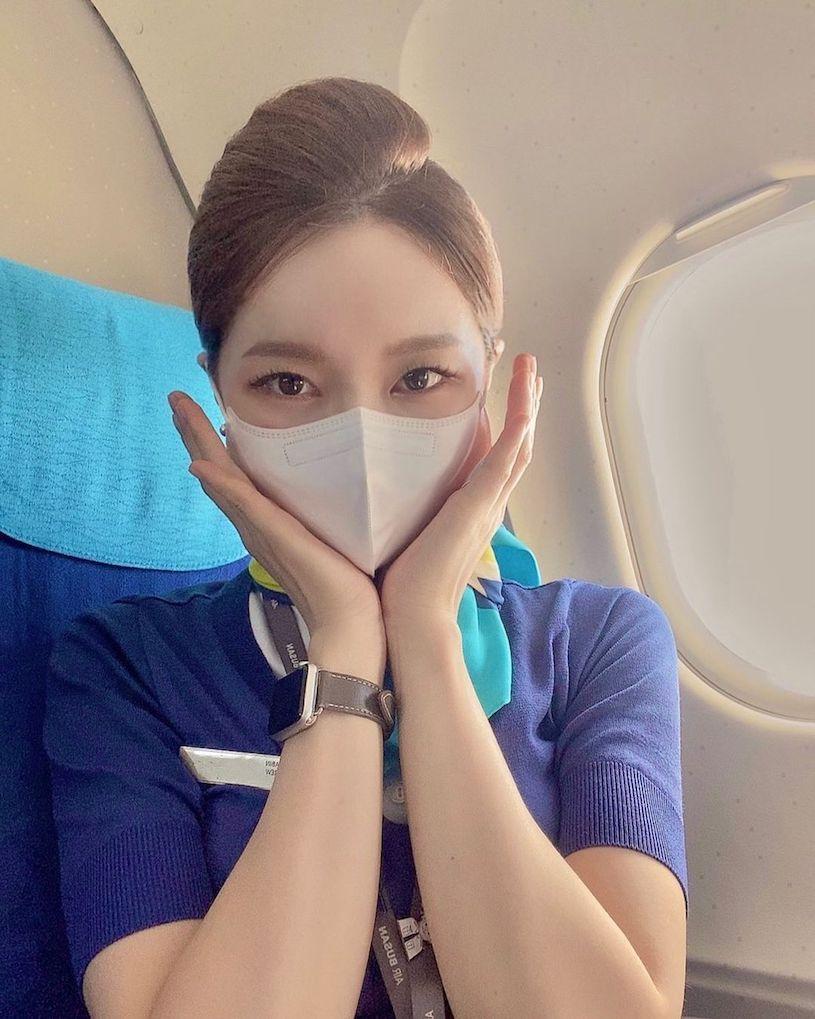 航空空姐「byeoul__s」戴着口罩,包紧紧还是能看见很凶的曲线