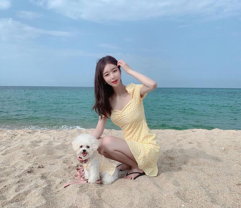 海边的细肩带小姐姐太辣了,微露风景实在太美好 网络美女 第10张