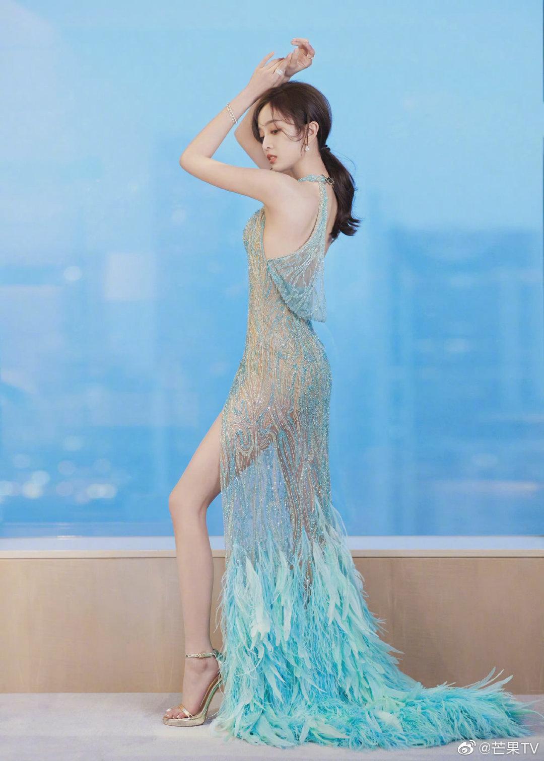 吴宣仪透视羽毛裙亮相《时尚先生》颁奖红地毯