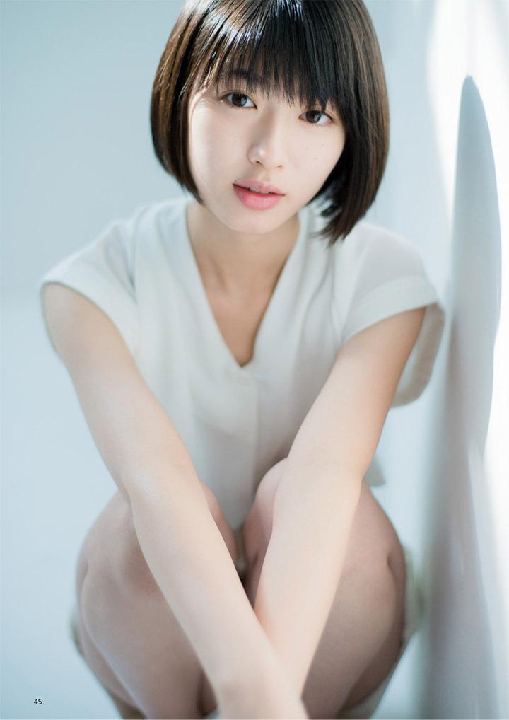 甜美怡人疗愈气息十足的纯爱系演员白石圣用自己强大的空灵气场来拍摄写真作品 (47)
