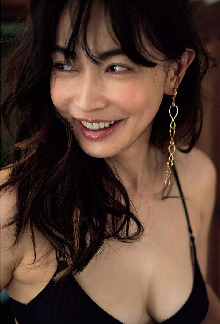 16年后长谷川京子首次推出美魔女性感写真作品展现妖娆魅力 (19)