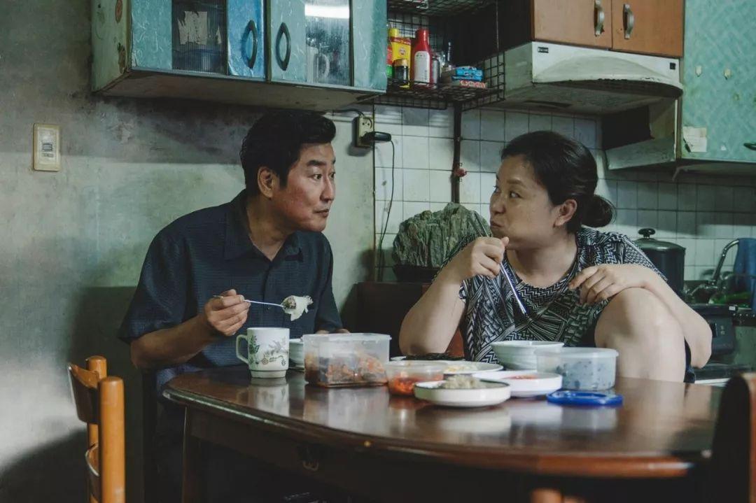 韩国电影《寄生虫》谎言说多了便会迷失自己,且会因此而失去原本就岌岌可危的尊严 (7)