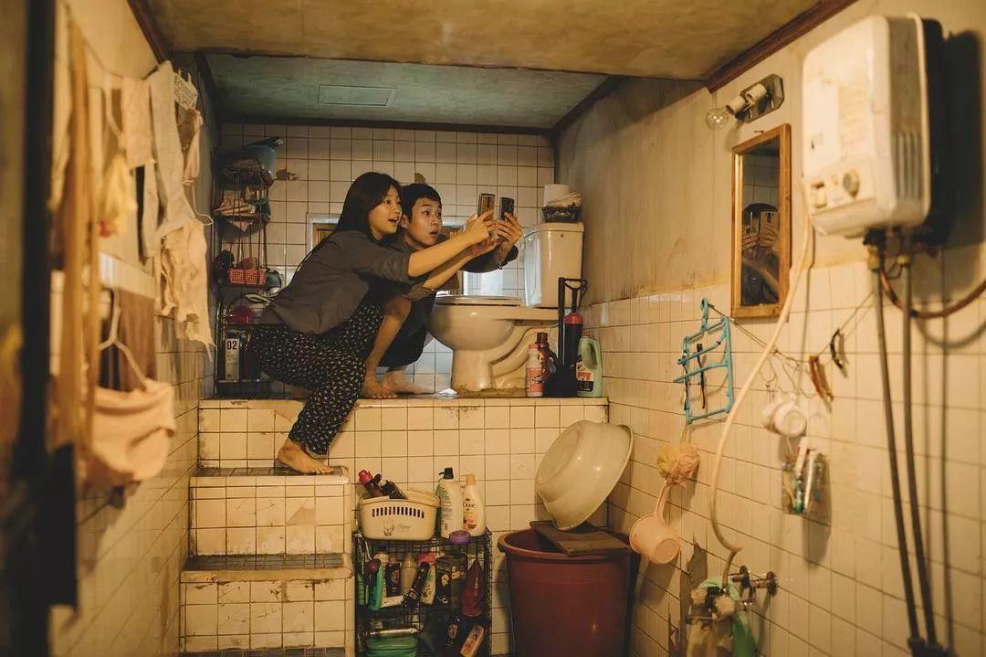 韩国电影《寄生虫》谎言说多了便会迷失自己,且会因此而失去原本就岌岌可危的尊严 (19)