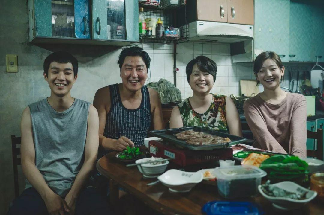 韩国电影《寄生虫》谎言说多了便会迷失自己,且会因此而失去原本就岌岌可危的尊严 (21)