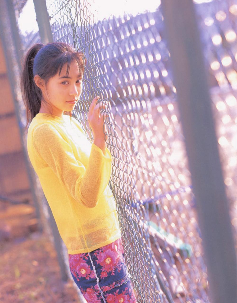 被锁在保险柜里的日本艺人吹石一惠的写真作品 (23)
