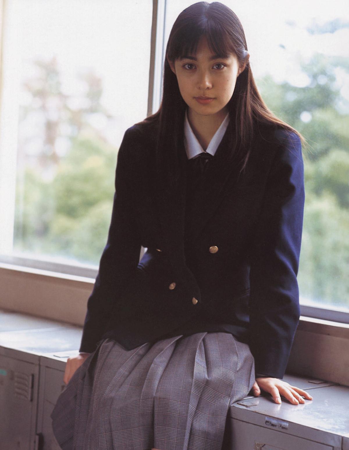 被锁在保险柜里的日本艺人吹石一惠的写真作品 (46)
