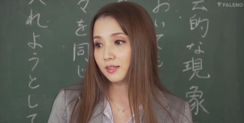 女教师友田彩也香更衣室鬼鬼祟祟被抓