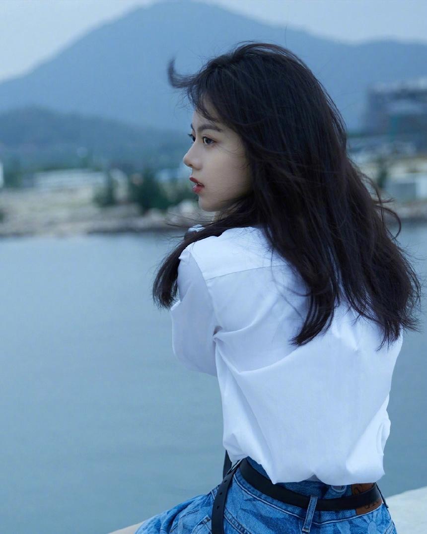 零零后小花 赵今麦 海边白衬衫写真欣赏-觅爱图