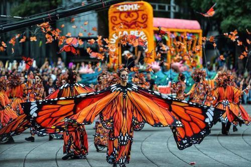 墨西哥的亡灵节快到了,来看看这个小姐姐表演的传统舞蹈