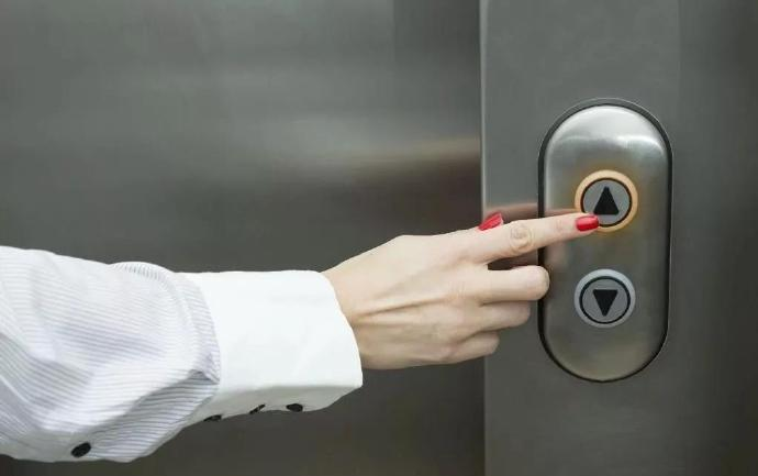 坐电梯最担心的事-前方高能