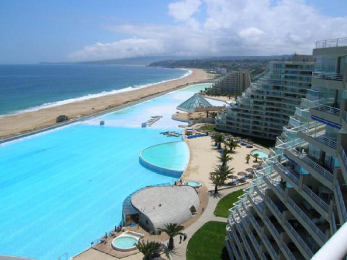 """迪拜最近建造了一个""""世界上最大的游泳池"""",深度最多达60米"""